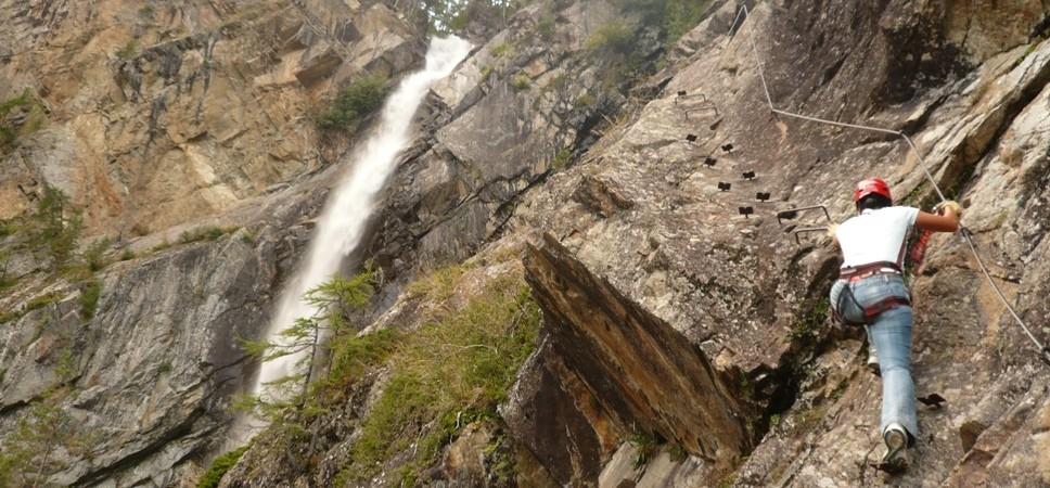 http://www.x-alptours.at/wp-content/uploads/2014/04/Lehner-Wasserfall-Klettersteig-mit-Bergfuehrer-6-968x450.jpg