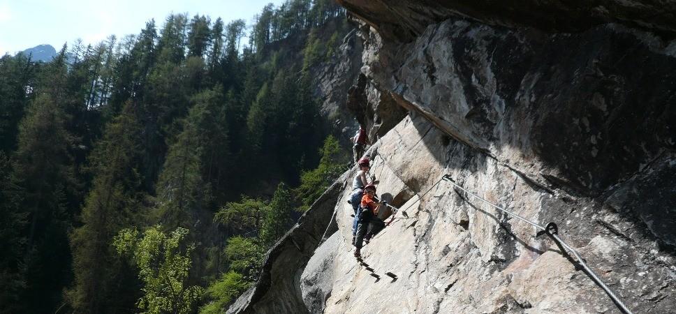 http://www.x-alptours.at/wp-content/uploads/2015/01/Lehner-Wasserfall-Klettersteig-mit-Bergfuehrer-10-968x450.jpg