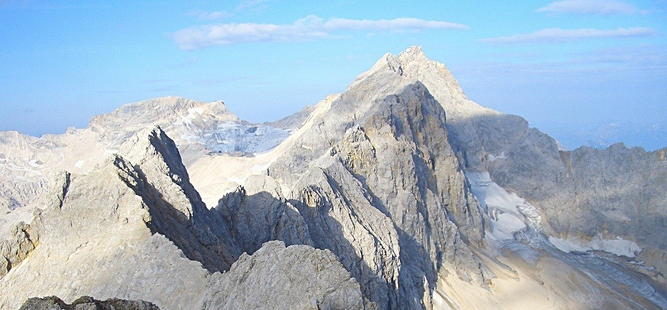 http://www.x-alptours.at/wp-content/uploads/2015/01/Zugspitze-Jubilaeumsgrat-Klettersteig-mit-Bergfuehrer-968x450.jpg